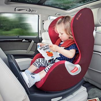 最大限の安全のために後ろ向き装着を新生児から4歳まで可能に